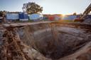 Het vijf meter diepe gat dat in het weiland bij Hoonhorst is gegraven waar de Duitse Messerschmitt in 1944 in neergestort.