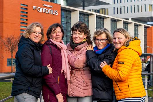 Van links: Emilie (47), Ada (52), Femmy (46), Anita (55) en Femke (43), buddy's van het Buddyhuis.