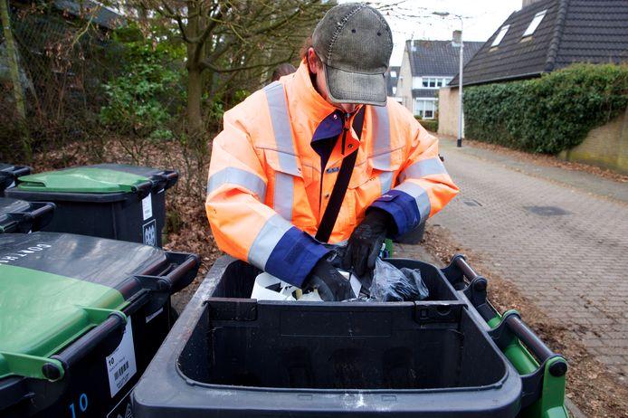 De controleurs nemen letterlijk een kijkje in de afvalcontainers