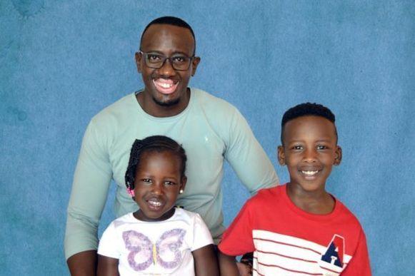 Jackson Musoni met zijn twee oudste kinderen.