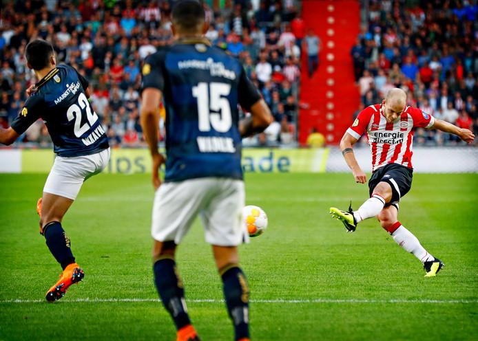 Jorrit Hendrix zet PSV met een pegel van buiten de zestien op 1-0 tegen Willem II.