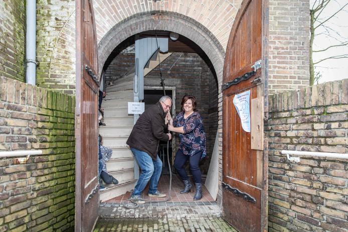 Initiatiefnemers en organisatoren Wim Beeke en Jessica Stols luiden de klok van de Bathsekerk voor een geslaagde dag