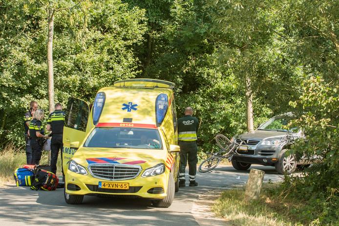 Een wielrenner is hard ten val gekomen in Groenekan. Hij is met spoed naar het ziekenhuis gebracht.
