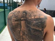 Sané zet enorme tattoo van zichzelf op zijn rug