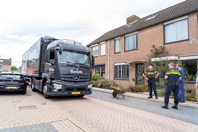 De vrachtwagen werd geblokkeerd door een kruiwagen in Alblasserdam.