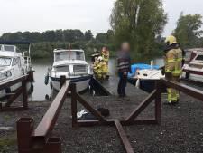 Gewonde vrouw springt in het water na brand op boot in Terborg