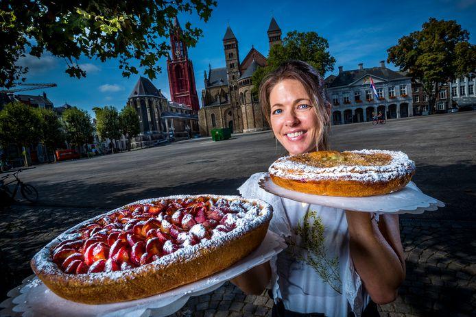 Carmen Hermans van Bakkerij Mathieu Hermans met pruimen- en kruisbessenvlaai op het Vrijthof in Maastricht. Als haar stad het festival binnenhaalt, denkt ze erover na om een speciale Eurovisie-vlaai te maken.