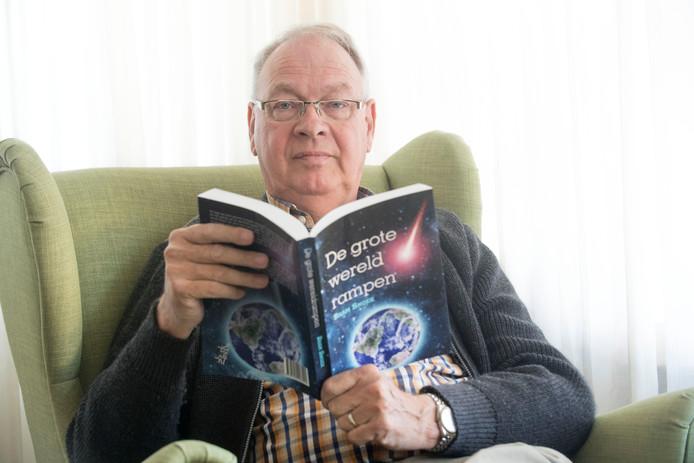 Bram Snoek met zijn boek 'De grote wereldrampen'. Foto: Frans Nikkels
