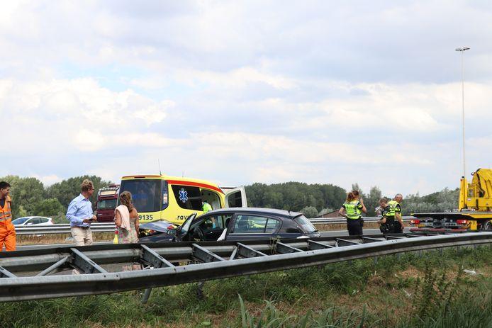 Een auto belandde rond 12.15 uur in de vangrail langs de A27.
