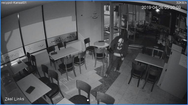 Eén van de daders bij het verlaten van tearoom 't Kapoentje.