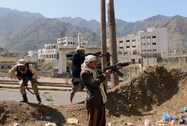 Strijders voor het Jemenitische regime nemen hun posities in in de stad Taiz.  Beeld epa