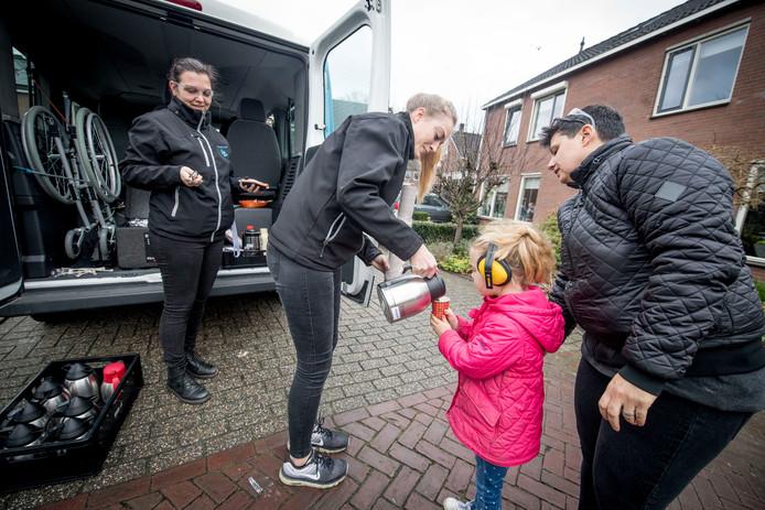 De 'vuurwerkbus' van Stichting De Welle rijdt weer langs plekken waar de jeugd vuurwerk afsteekt.