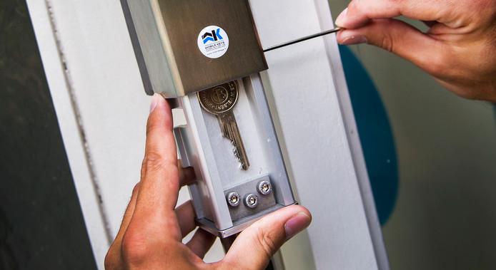 Een elektronisch sleutelkastje wordt geïnstalleerd. Het kastje kan met behulp van een 'druppel', een gecodeerde sleutelhanger, worden geopend.