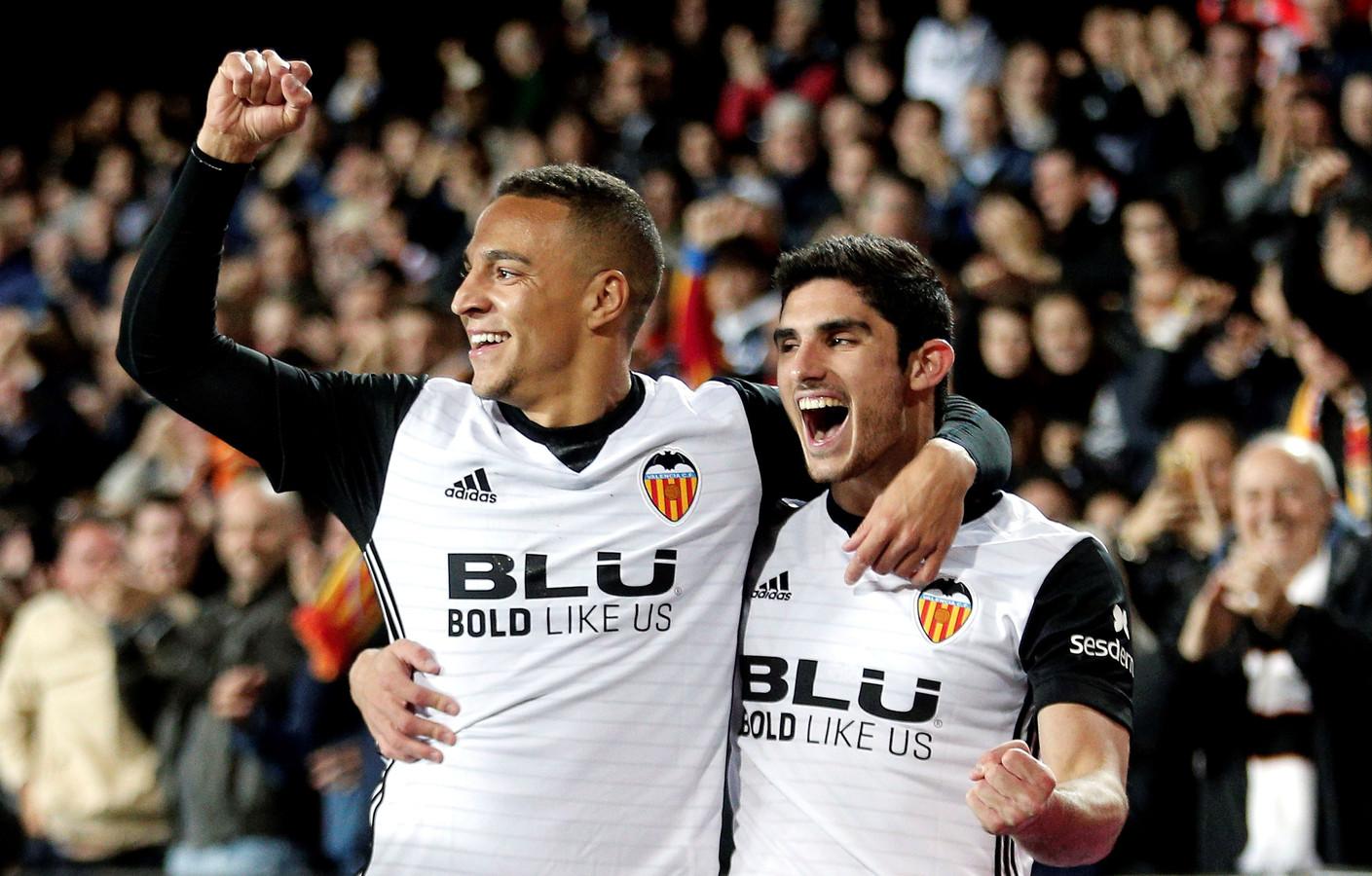 Gonçalo Guedes met Valencia-spits Rodrigo Moreno.