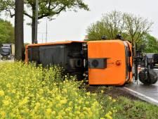 Veegwagen gekanteld op N65 bij Oisterwijk, file in richting van Vught