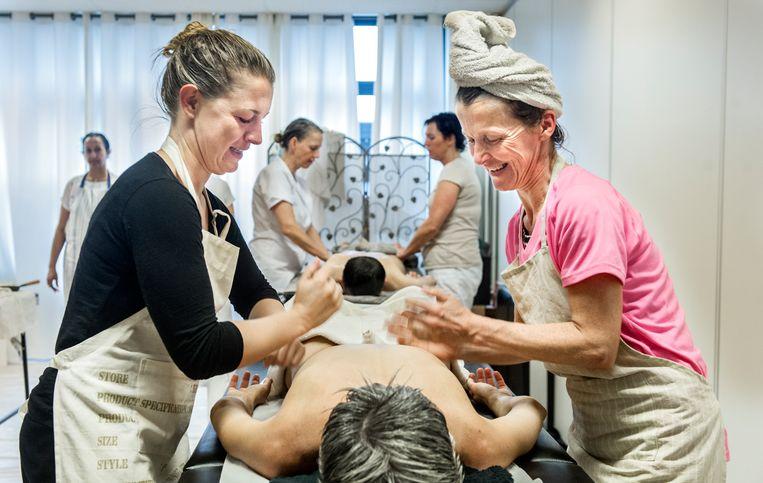 Vrouwen volgen een opleiding in de alternatieve Ayurvedische geneeskunde. Beeld Koen Verheijden / HH