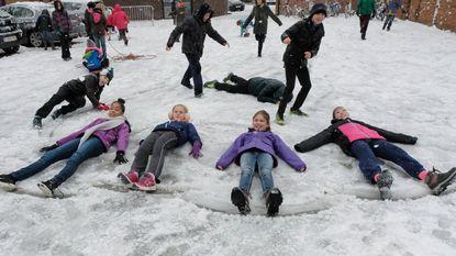 Hele voormiddag sneeuw, kinderen amuseren zich rot
