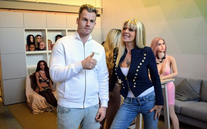 Rapper Sjors bracht een bezoekje aan sekspoppenshop Mytenga in Breda.