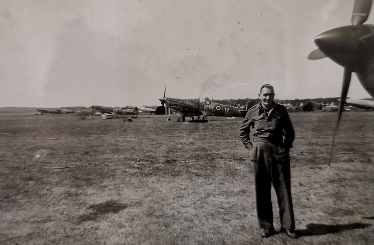 Sidney Cole tijdens de oorlogsjaren tussen de vliegtuigen.