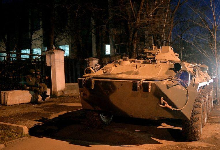 Russische soldaten en een pantservoertuig in Simferopol op de Krim vandaag. Beeld afp
