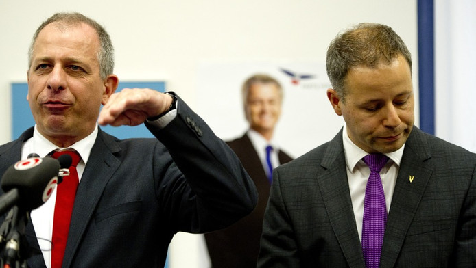 Wim Kortenoeven en Marcial Hernandez (R) geven een verklaring in Nieuwspoort waarin ze aangeven per direct uit de PVV-fractie te stappen.