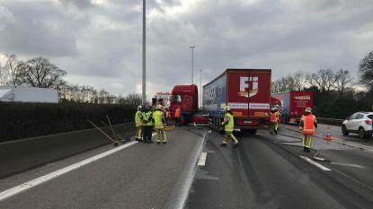 Brandstoftank vrachtwagen scheurt op E313 in Wommelgem: meer dan uur aanschuiven richting Antwerpen