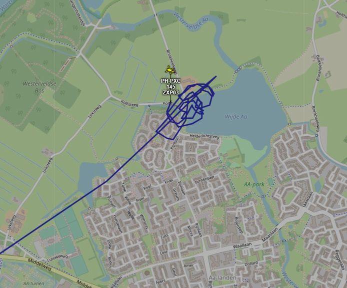 De politiehelikopter zoekt laag boven de Zwolse plas naar de mogelijke drenkeling.