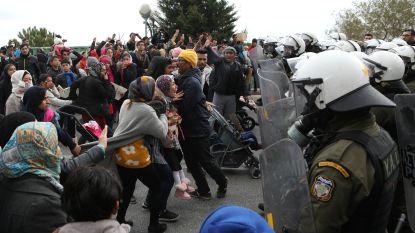 """""""Vrijheid, vrijheid!"""" Politie op Griekse eiland Lesbos zet traangas in bij migrantenprotest"""