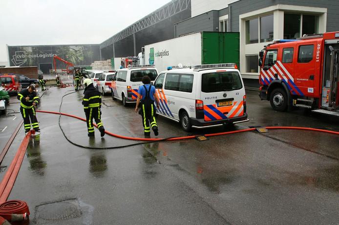 Brand meester bij Huiskes Metaal in Tilburg. Een aantal voertuigen van politie en brandweer kon na een grondige reiniging inrukken. Er werd maandagmiddag nog steeds nageblust.