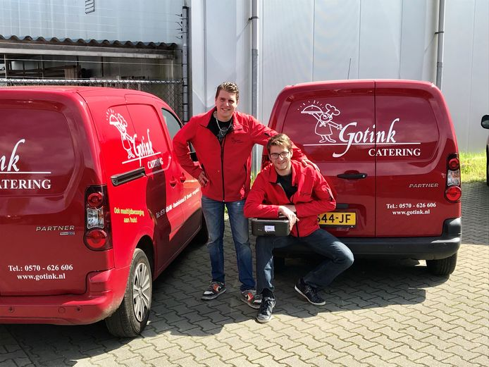 Bedrijfsauto's van de bekende Deventer cateraar Gotink, met op de foto twee echte bezorgers.
