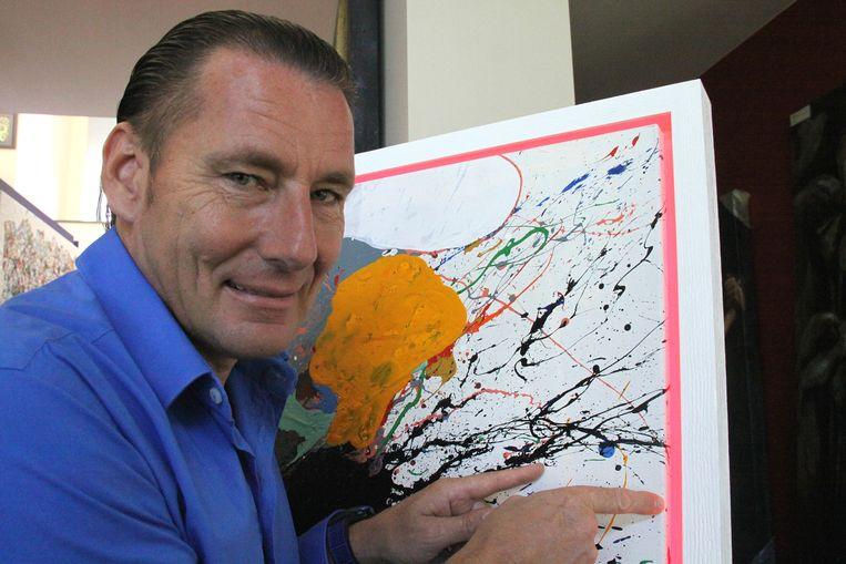 Harry toont zijn favoriet, een kleurrijk werk van de Belg Denis De Gloire.