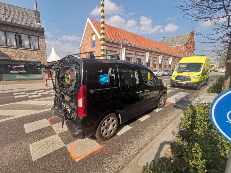 De wagen waarin de kinderen zaten raakte zwaar beschadigd en moest getakeld worden.