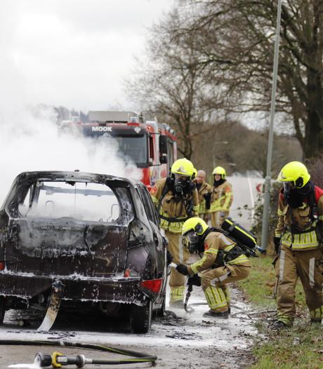 Auto begint spontaan te branden tijdens het rijden in Middelaar