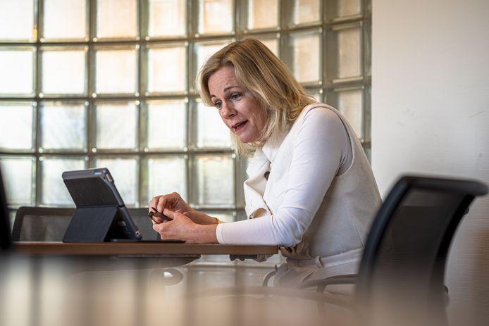 Burgemeester Annemieke Vermeulen praat  op het Isendoorncollege met jongeren die in een online les zitten.