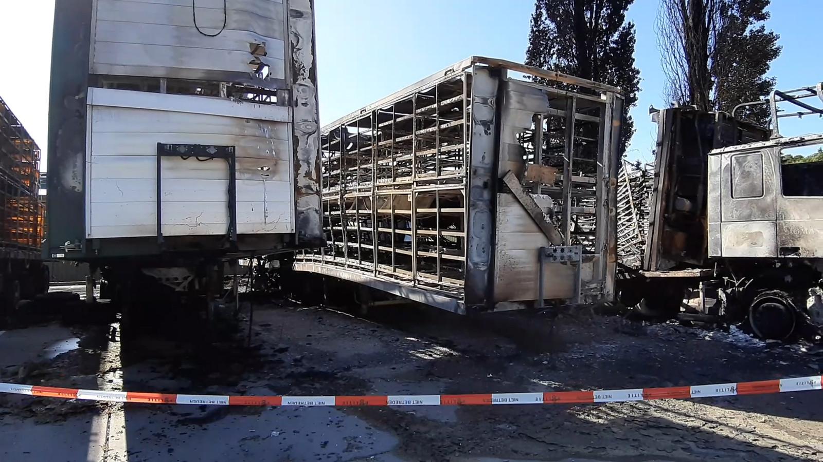 Vijf vrachtwagens en twee opleggers brandden uit op het terrein van eendenslachterij Tomassen in Ermelo.