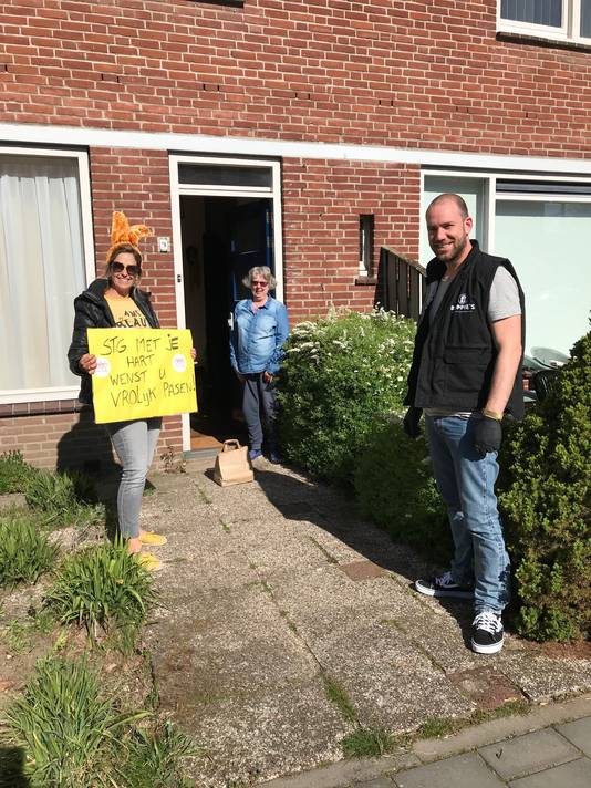 Vrijwilligers van Met je Hart bezorgden de paasmaaltijden bij mensen thuis.
