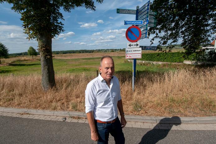 Marinus van der Linde van de Dorpsraad Heteren op de kop van de Flessestraat waar de loopburg naar de uiterwaarden begint.
