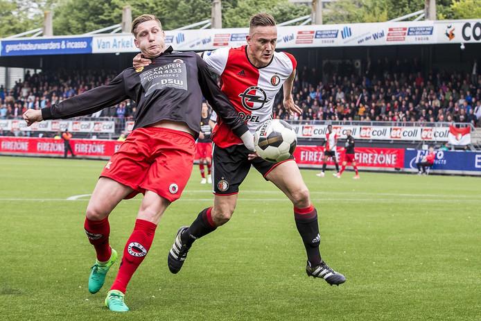 Jordy de Wijs namens Excelsior in duel met Jens Toornstra.