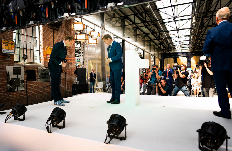 Hugo de Jonge (l) en Pieter Omtzigt woensdag op het podium van de Remise in Den Haag, waar het CDA net bekend heeft gemaakt dat De Jonge nipt de interne verkiezing om het lijsttrekkerschap heeft gewonnen.  Beeld Freek van den Bergh / de Volkskrant