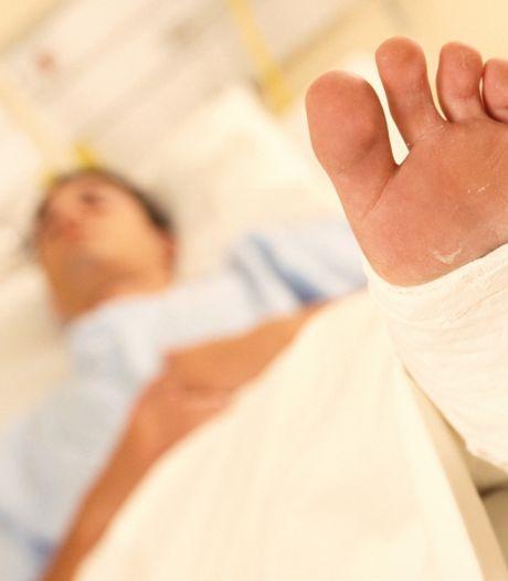 8-jarige jongen raakt met voet bekneld in een schommel op Urk en breekt zijn been