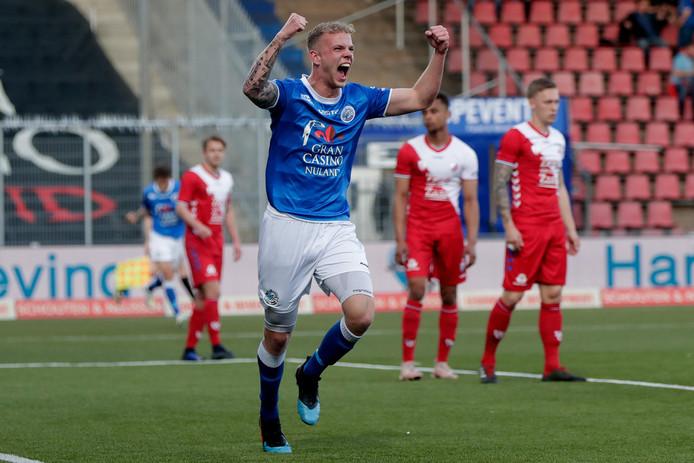 Luuk Brouwers viert zijn doelpunt tegen Jong FC Utrecht.