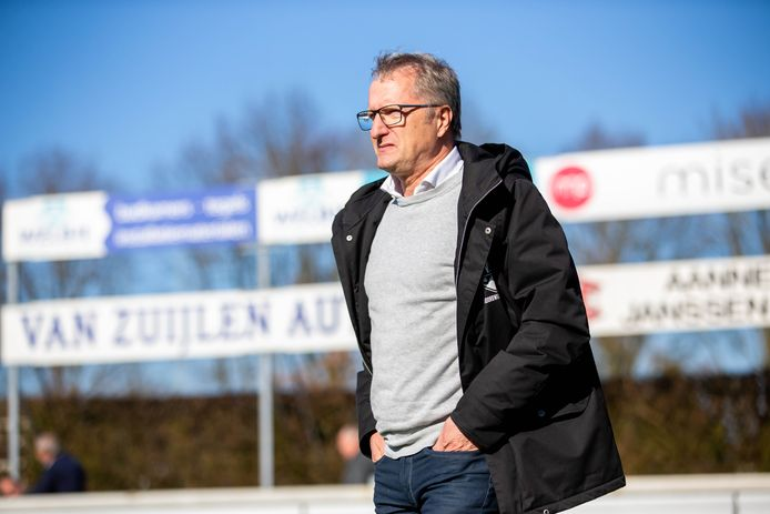 Trainer Eric Meijers van VVSB tijdens de uitwedstrijd tegen De Treffers.
