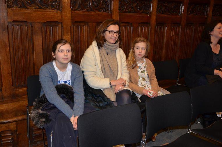 Colette (links) volgt de gemeenteraadscommissie onderwijs samen met haar mama Valerie en jongere zus Marie-Lou.