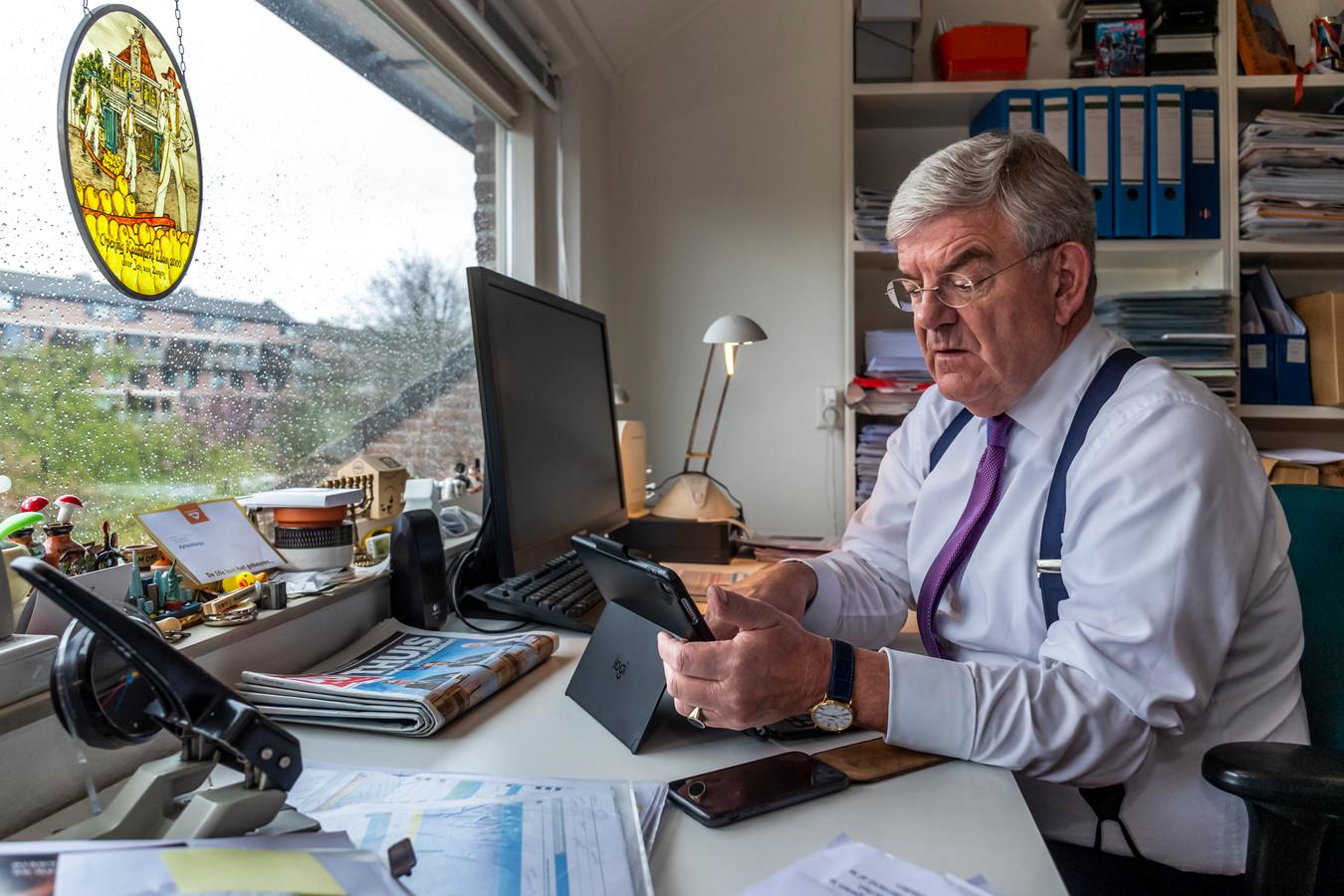 Burgemeester van Utrecht Jan van Zanen thuis aan het werk op zijn zolderkamer.