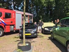 Autodeur valt dicht, brandweer bevrijdt opgesloten baby in Putten