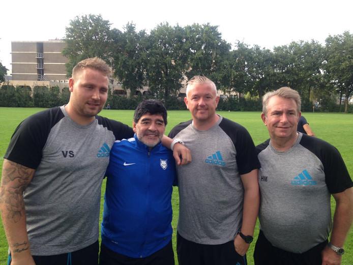 Voetballegende Maradona wordt in 2017 in Mierlo geflankeerd door Vincent Selhorst (l), SC Oranje-trainer Carel van der Velden en Hennie Muller (r).