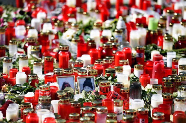 Kaarsen en foto's bij een school in Haltern am See. Zestien leerlingen van de school kwamen om bij de vliegramp. Beeld afp