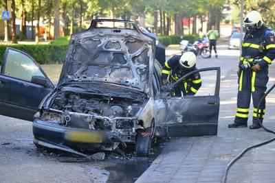 Brand verwoest auto aan het Hof in Bavel