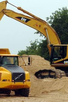 Zand met vrachtauto's van Beuningen naar kanaal