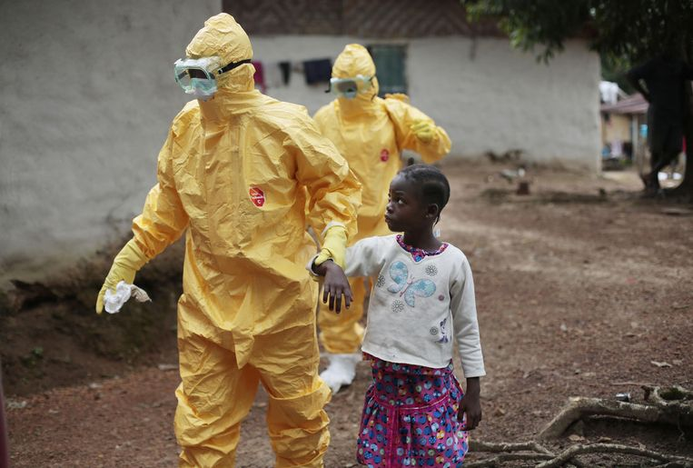 Een patiëntje wordt naar een ambulance gebracht bij een uitbraak in Liberia, in 2014. Beeld AP/Jerome Delay